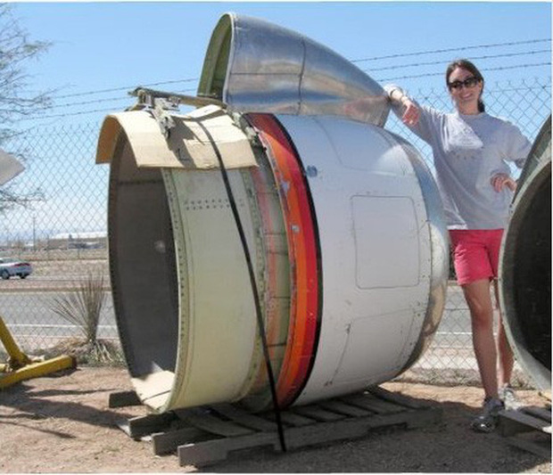 Thấy trời nóng quá, hai bố con chế động cơ Boeing 707 thành ghế kèm quạt gió siêu to khổng lồ - Ảnh 2.