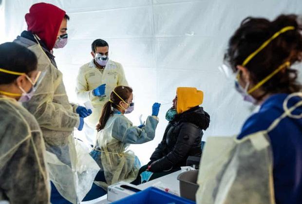 Mỹ: Hơn 62.000 nhân viên y tế mắc COVID-19, gần 300 người tử vong - Ảnh 1.