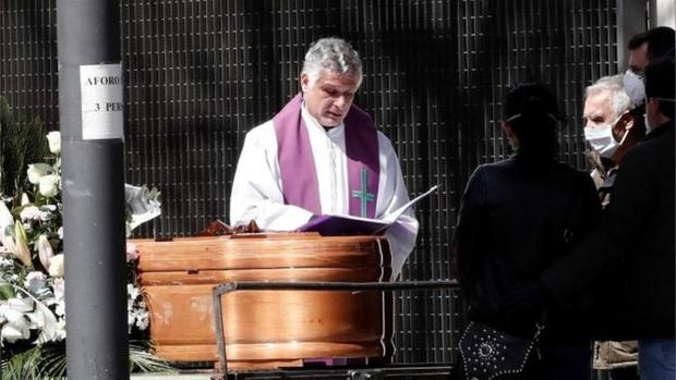 Tây Ban Nha bắt đầu quốc tang tưởng niệm những người chết vì Covid-19 - Ảnh 1.