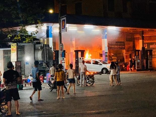 Hà Nội: Cháy lớn tại cây xăng Hào Nam lúc nửa đêm, người dân la hét, hô hào dập lửa - Ảnh 2.