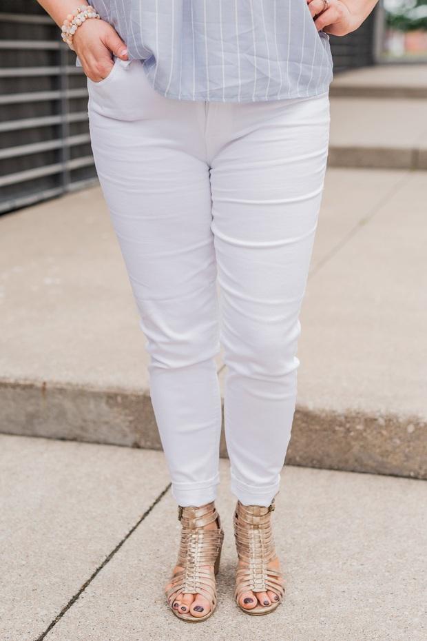 Không phải cứ jeans trắng là giúp nâng tầm style, bạn chọn dáng quần này thì mọi nhược điểm đôi chân sẽ bị tố sạch - Ảnh 3.