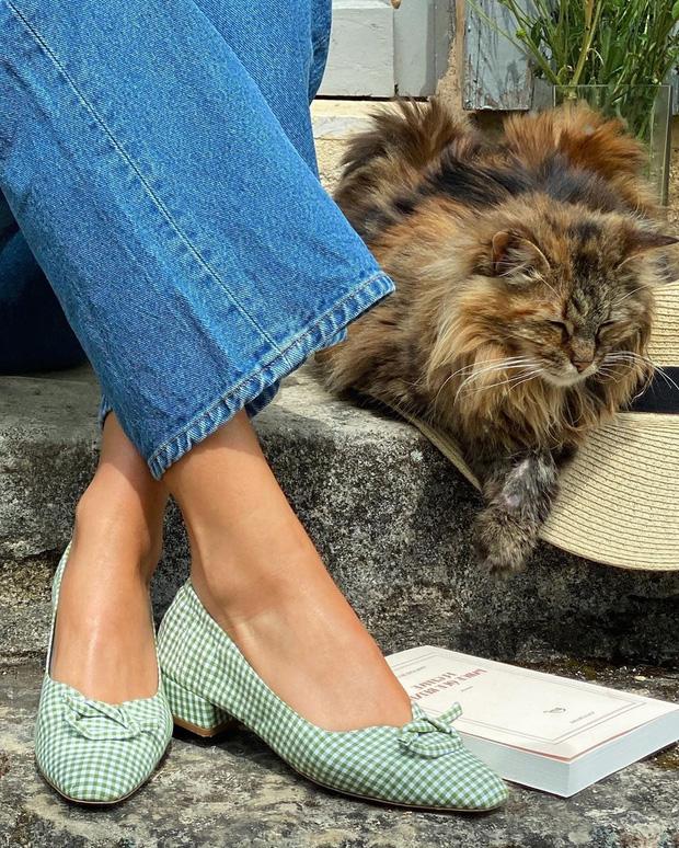 4 mẫu giày dép mùa Hè được lòng phụ nữ Pháp nhất vì diện thế nào cũng tinh tế và đẹp xinh khỏi nghĩ - Ảnh 7.