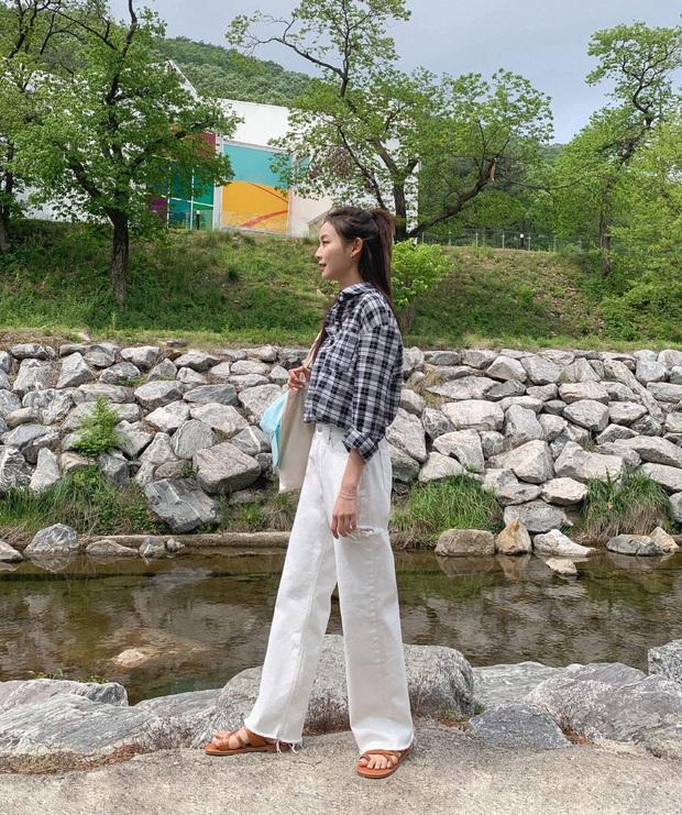 Không phải cứ jeans trắng là giúp nâng tầm style, bạn chọn dáng quần này thì mọi nhược điểm đôi chân sẽ bị tố sạch - Ảnh 6.