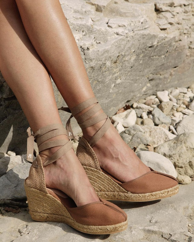 4 mẫu giày dép mùa Hè được lòng phụ nữ Pháp nhất vì diện thế nào cũng tinh tế và đẹp xinh khỏi nghĩ - Ảnh 10.
