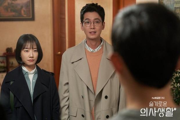Nhờ màu sắc của cái ghế, fan soi ra Jun Wan sẽ kết hôn với em gái Jo Jung Suk trong Hospital Playlist? - Ảnh 1.