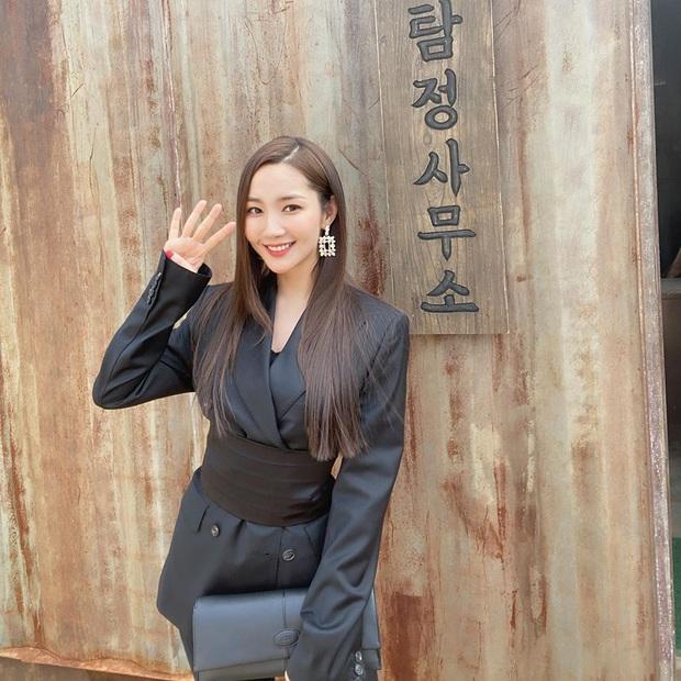 Diện áo giống Park Min Young, Jennie mạnh dạn bỏ luôn quần cho sexy nhưng lại thua đàn chị ở thần thái tổng tài quyền lực - Ảnh 5.