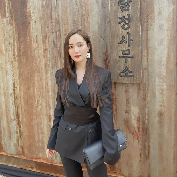 Diện áo giống Park Min Young, Jennie mạnh dạn bỏ luôn quần cho sexy nhưng lại thua đàn chị ở thần thái tổng tài quyền lực - Ảnh 4.