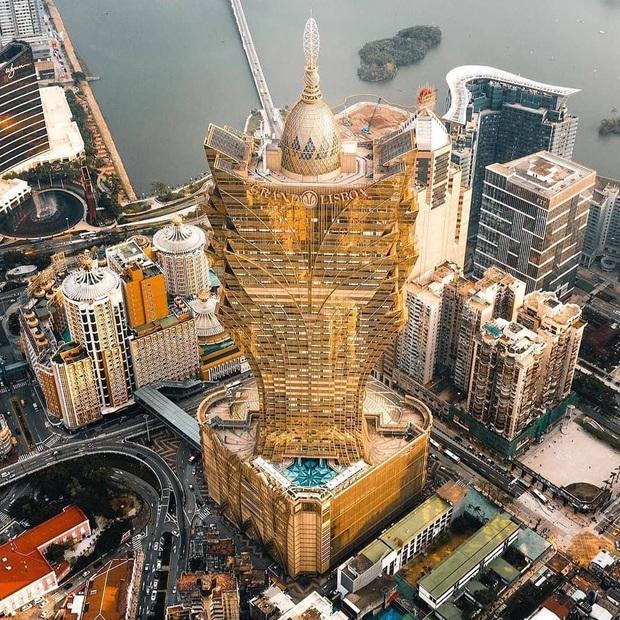 """Cận cảnh công trình để đời nhất của """"ông trùm"""" sòng bạc Macau vừa qua đời: Toà nhà hình búp sen vàng khổng lồ, hình check-in ngập tràn MXH - Ảnh 5."""