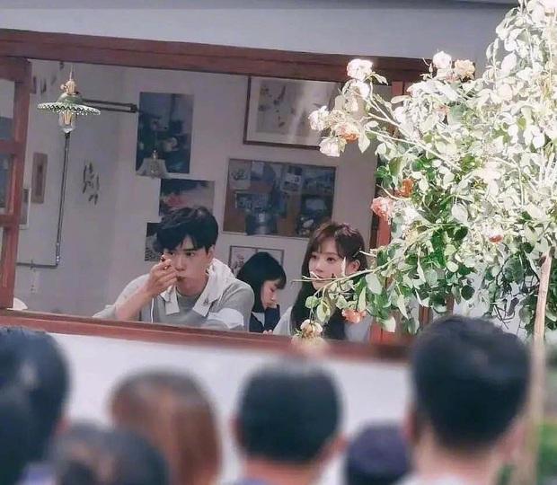 Đoàn phim Thân Ái, Chí Ái khoe ảnh hậu trường Hồ Nhất Thiên ăn kem thôi cũng làm người xem đổ đứ đừ vì đẹp trai - Ảnh 2.