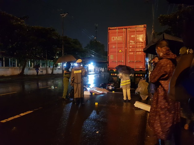Tông vào đuôi container, nam bảo vệ chết thảm trên đường đi làm giữa đêm mưa - Ảnh 1.