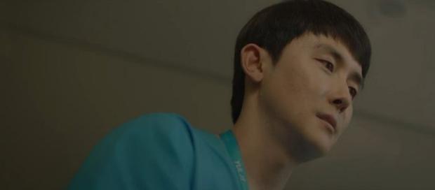 Knet phản ứng cực gắt về vệ tinh của Song Hwa ở Hospital Playlist tập cuối: Đúng là gánh nặng, giống như kẻ bám đuôi vậy? - Ảnh 2.