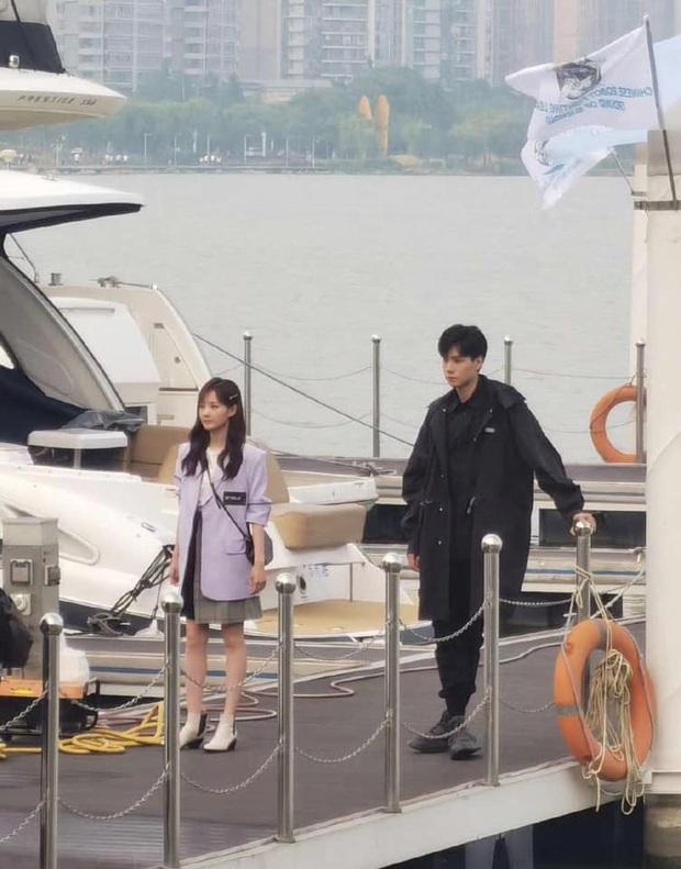 Đoàn phim Thân Ái, Chí Ái khoe ảnh hậu trường Hồ Nhất Thiên ăn kem thôi cũng làm người xem đổ đứ đừ vì đẹp trai - Ảnh 3.