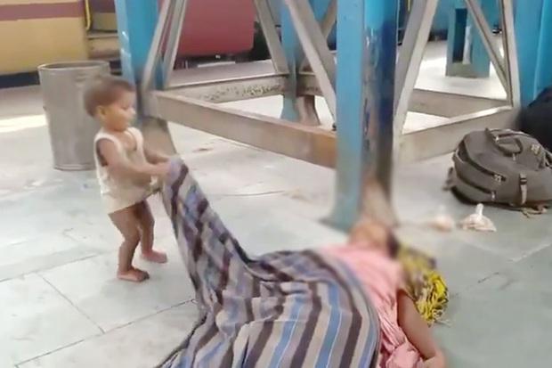 Đau xót hình ảnh em bé ngơ ngác lay gọi mẹ đã mất giữa sân ga, hé lộ cơn khủng hoảng kinh hoàng nhất mà đất nước 1,3 tỉ dân đang đối mặt - Ảnh 2.