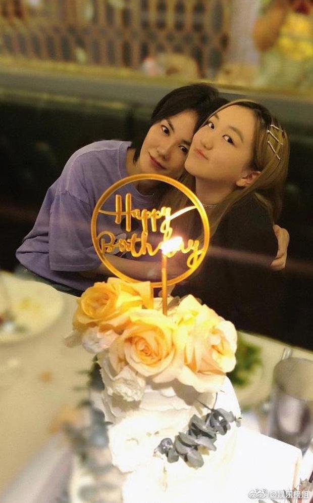 Con gái Vương Phi gây sốt với hình ảnh điệu đà khi đón sinh nhật tuổi 14: Tóc vàng nổi bật, tạo dáng chụp so deep - Ảnh 2.