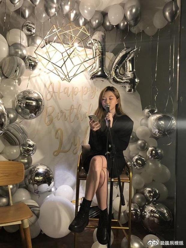 Con gái Vương Phi gây sốt với hình ảnh điệu đà khi đón sinh nhật tuổi 14: Tóc vàng nổi bật, tạo dáng chụp so deep - Ảnh 3.