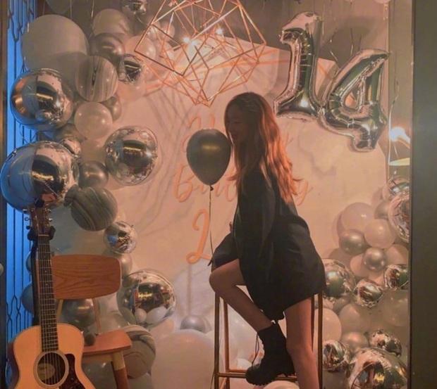 Con gái Vương Phi gây sốt với hình ảnh điệu đà khi đón sinh nhật tuổi 14: Tóc vàng nổi bật, tạo dáng chụp so deep - Ảnh 6.