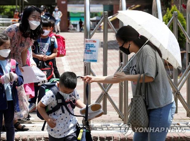 Hàn Quốc tái áp đặt một số hạn chế xã hội vì sự bùng phát của dịch COVID-19 - Ảnh 1.