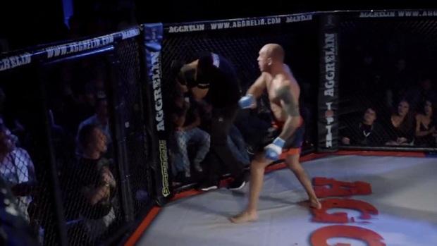 Trận đấu vừa kết thúc, anh chàng võ sĩ bỗng tức tối đấm thẳng vào người trọng tài, dân tình tranh cãi dữ dội khi biết nguyên nhân dẫn tới hành động này - Ảnh 1.