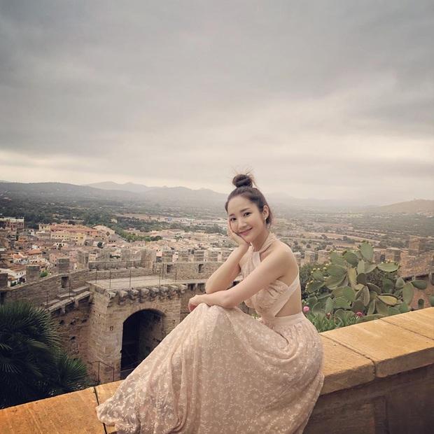 Ngắm Instagram của sao Hàn, bạn sẽ kiếm được kha khá gợi ý váy vóc xinh như mộng diện trong Hè này - Ảnh 8.