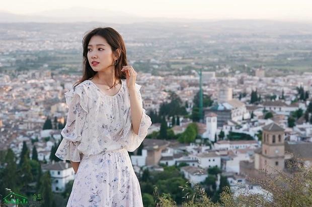 Ngắm Instagram của sao Hàn, bạn sẽ kiếm được kha khá gợi ý váy vóc xinh như mộng diện trong Hè này - Ảnh 9.
