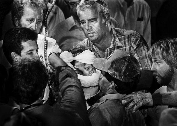 Cuộc giải cứu nghẹt thở trên truyền hình Mỹ: Bé gái được bế ra khỏi giếng hẹp khiến hàng triệu người vỡ òa và câu chuyện đáng buồn sau đó - Ảnh 3.