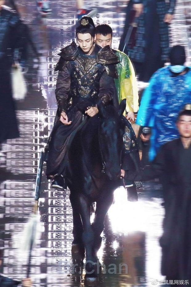 Dương Mịch đi đường quyền siêu đỉnh ở hậu trường phim mới, netizen cà khịa: Xem mà tưởng Phù Dao năm nào cơ! - Ảnh 8.