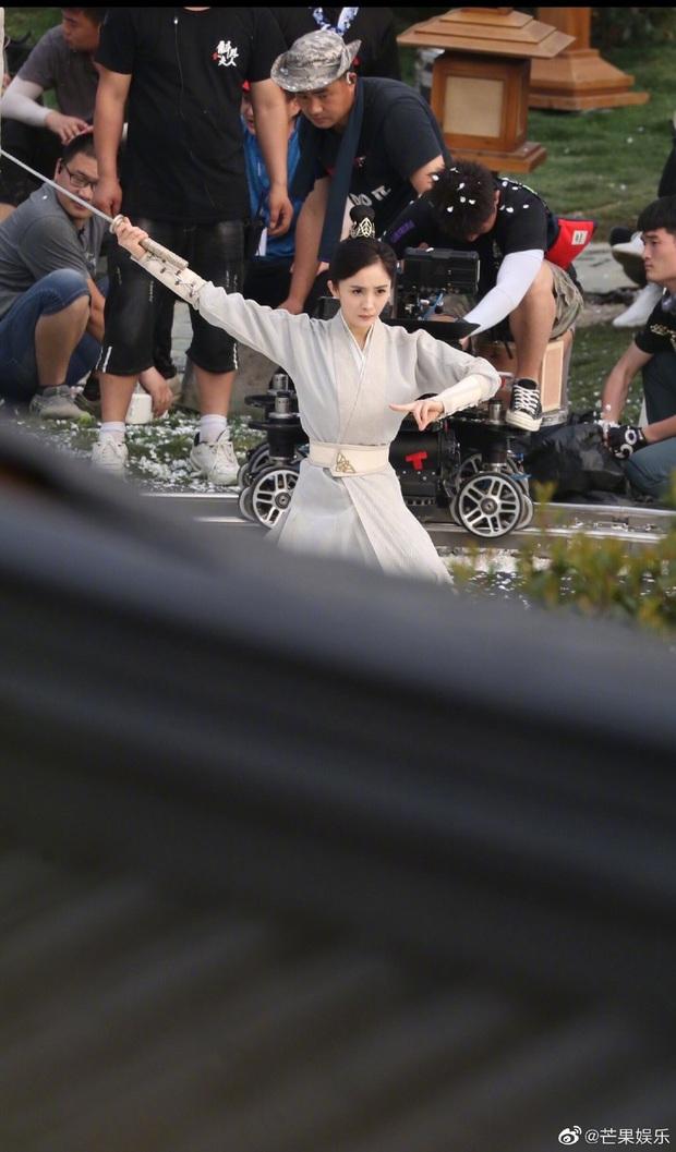 Dương Mịch đi đường quyền siêu đỉnh ở hậu trường phim mới, netizen cà khịa: Xem mà tưởng Phù Dao năm nào cơ! - Ảnh 7.