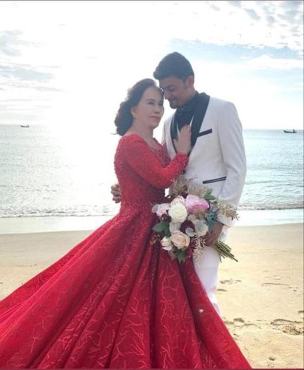 Sau 1 tuần nâng mũi, cô dâu 62 tuổi tự tin chụp hình cưới cùng cô dâu 65 tuổi ở Đà Nẵng khiến nhiều người xôn xao - Ảnh 2.