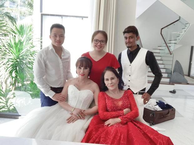 Sau 1 tuần nâng mũi, cô dâu 62 tuổi tự tin chụp hình cưới cùng cô dâu 65 tuổi ở Đà Nẵng khiến nhiều người xôn xao - Ảnh 3.