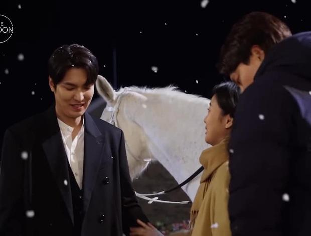 Nháo nhào khoảnh khắc Kim Go Eun nhìn Lee Min Ho đắm đuối: Sự chú ý của ta đã va phải bộ phận này của chàng - Ảnh 7.