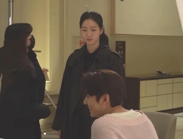 Nháo nhào khoảnh khắc Kim Go Eun nhìn Lee Min Ho đắm đuối: Sự chú ý của ta đã va phải bộ phận này của chàng - Ảnh 6.