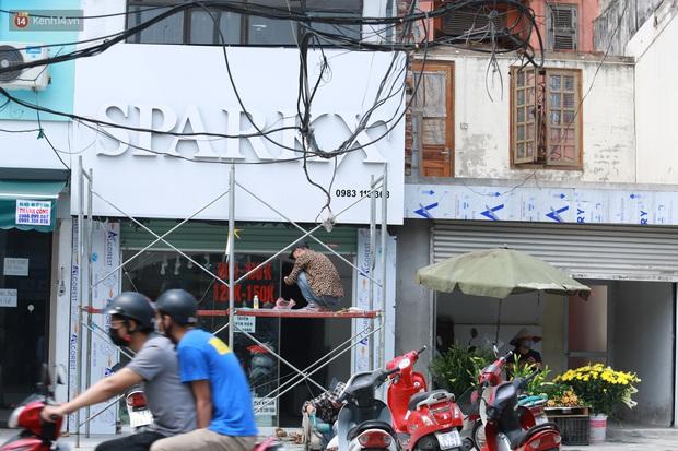 Ảnh: Cận cảnh tuyến phố mạng nhện tử thần khiến người đi đường thót tim ở Hà Nội - Ảnh 7.
