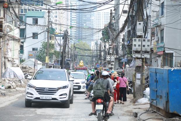 Ảnh: Cận cảnh tuyến phố mạng nhện tử thần khiến người đi đường thót tim ở Hà Nội - Ảnh 9.