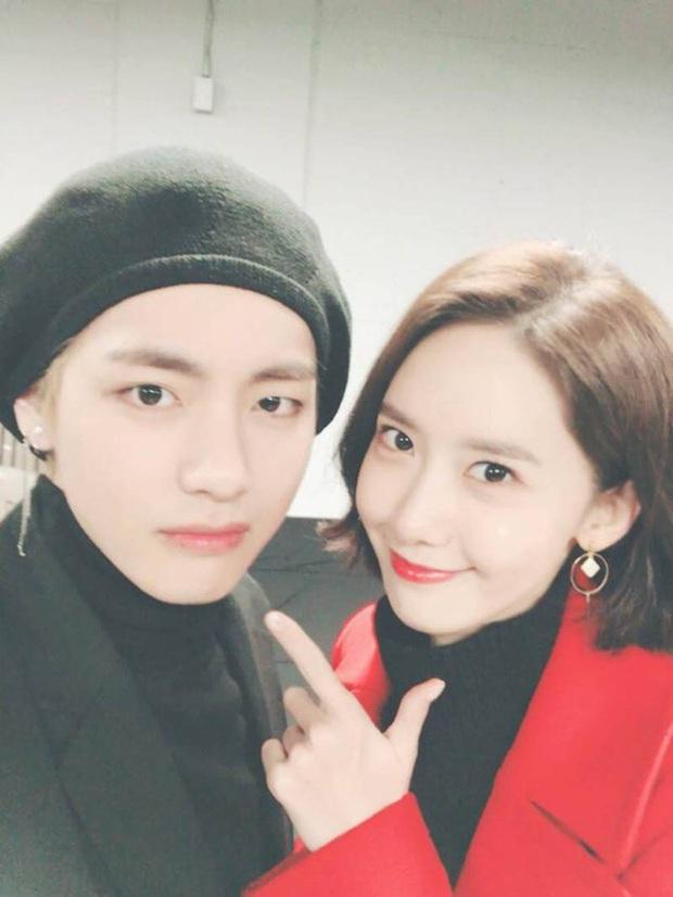Khoảnh khắc rụng tim của Yoona và V (BTS) 2 năm trước hot lại, thì ra 2 idol quyền lực nhất Kpop có mối quan hệ ngầm - Ảnh 10.