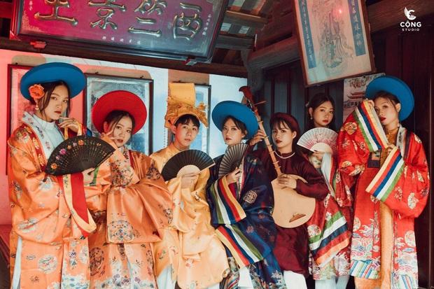 Đầu tư gần 1 năm, lớp toàn gái xinh chơi lớn thuê hẳn 28 bộ cổ trang từ NTK trong MV của Hòa Minzy để chụp kỷ yếu, soi kinh phí ai cũng giật mình - Ảnh 1.