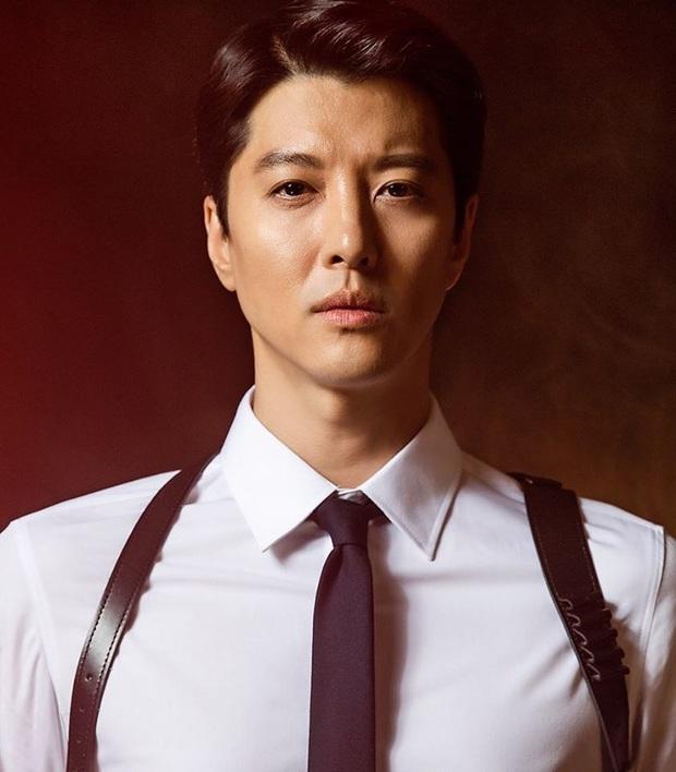 Học Song Joong Ki hậu ly dị, Lee Dong Gun lao vào tìm niềm vui trong phim điện ảnh mới Come Back Home - Ảnh 4.