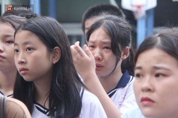 Trời lất phất mưa trong buổi đến trường cuối cùng của cậu học sinh lớp 6, hàng trăm người xót xa tiễn em về cõi vĩnh hằng - Ảnh 11.