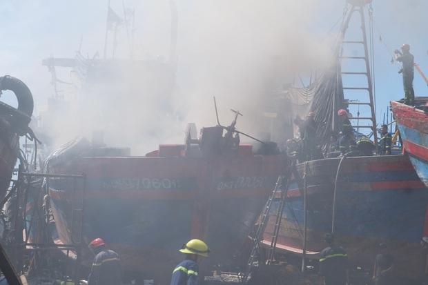 Tàu cá tiền tỷ bốc cháy ngùn ngụt giữa xưởng sửa chữa ở Đà Nẵng - Ảnh 1.