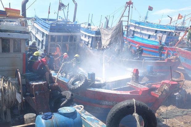 Tàu cá tiền tỷ bốc cháy ngùn ngụt giữa xưởng sửa chữa ở Đà Nẵng - Ảnh 4.