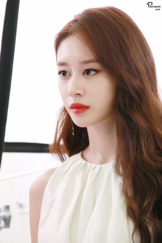 Jiyeon (T-ara) sau khi bị Lee Dong Gun bội bạc: Lột xác táo bạo, bị đồn hẹn hò Jung Joon Young và đáng mừng nhất là mới đây - Ảnh 11.