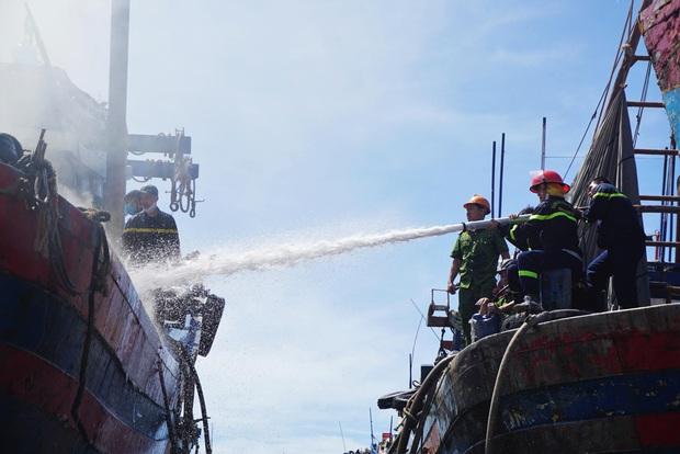 Tàu cá tiền tỷ bốc cháy ngùn ngụt giữa xưởng sửa chữa ở Đà Nẵng - Ảnh 2.