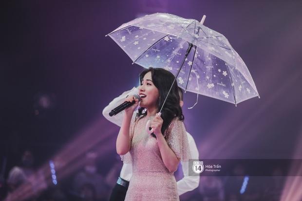 Lâu rồi fan Việt mới được xem liveshow: Hương Giang trực tiếp xử lý người thứ ba trên sân khấu, Hoàng Yến Chibi dụi đầu vào JSol vô cùng tình tứ - Ảnh 13.