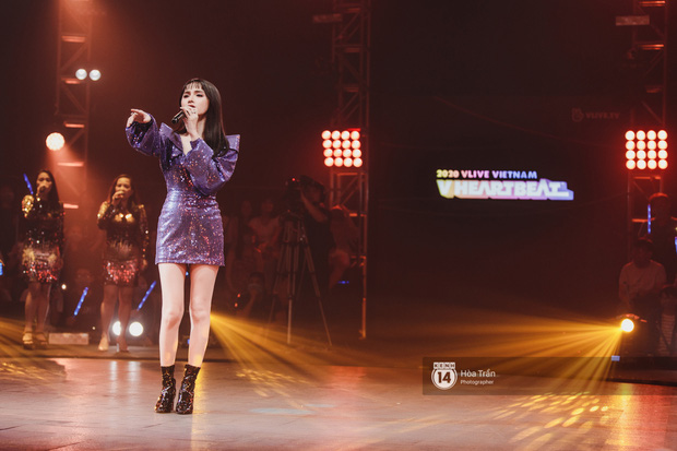 Lâu rồi fan Việt mới được xem liveshow: Hương Giang trực tiếp xử lý người thứ ba trên sân khấu, Hoàng Yến Chibi dụi đầu vào JSol vô cùng tình tứ - Ảnh 19.