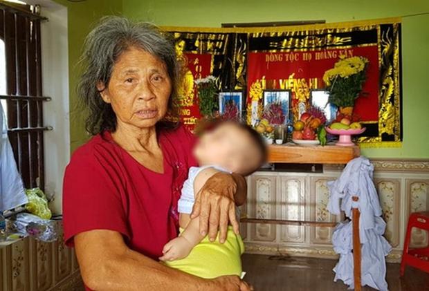 Bố mẹ và anh qua đời, bé trai 5 tháng tuổi được bà nội bế đi khắp xóm xin sữa - Ảnh 1.