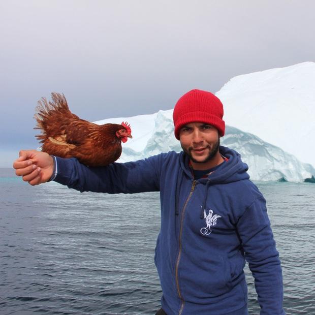 Gã trai ôm gà mái đi du lịch vòng quanh thế giới bằng đường biển - Ảnh 1.