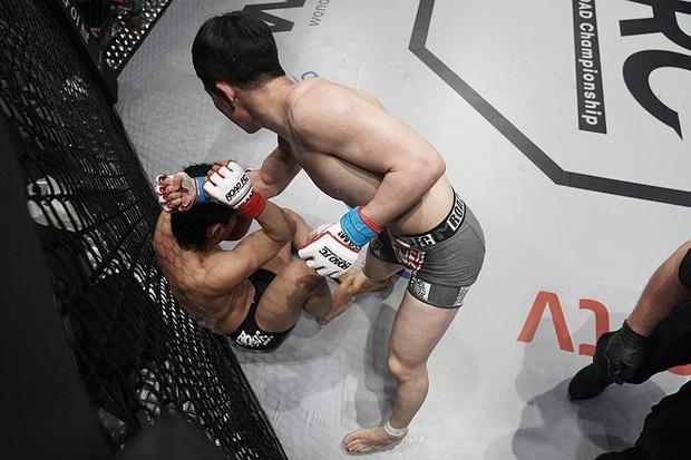 Thi đấu đã tệ lại còn thích nhảy nhót làm màu, anh chàng võ sĩ Hàn Quốc nhận về cái kết sấp mặt lần thứ 7 liên tiếp - Ảnh 2.