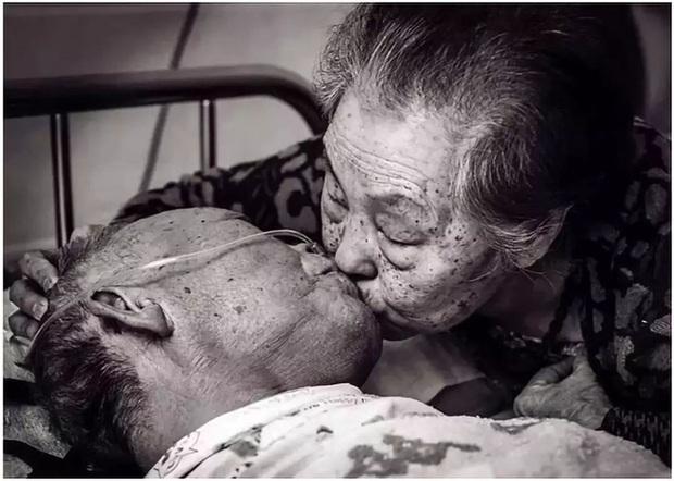Bức ảnh khiến hàng tỷ người rơi lệ: Từ đôi thanh mai trúc mã trở thành vợ chồng và nụ hôn động viên tạo nên kỳ tích cho người đang nguy kịch - Ảnh 5.