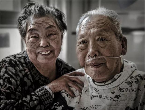 Bức ảnh khiến hàng tỷ người rơi lệ: Từ đôi thanh mai trúc mã trở thành vợ chồng và nụ hôn động viên tạo nên kỳ tích cho người đang nguy kịch - Ảnh 9.