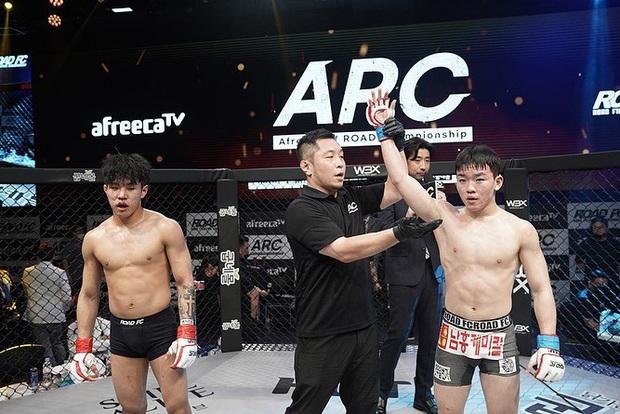 Thi đấu đã tệ lại còn thích nhảy nhót làm màu, anh chàng võ sĩ Hàn Quốc nhận về cái kết sấp mặt lần thứ 7 liên tiếp - Ảnh 3.
