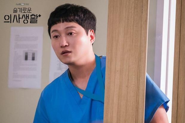 6 câu hỏi chưa có lời giải ở Hospital Playlist: Vì sao chiếc nhẫn bị trả lại, Jo Jung Suk có tỏ tình thành công? - Ảnh 4.